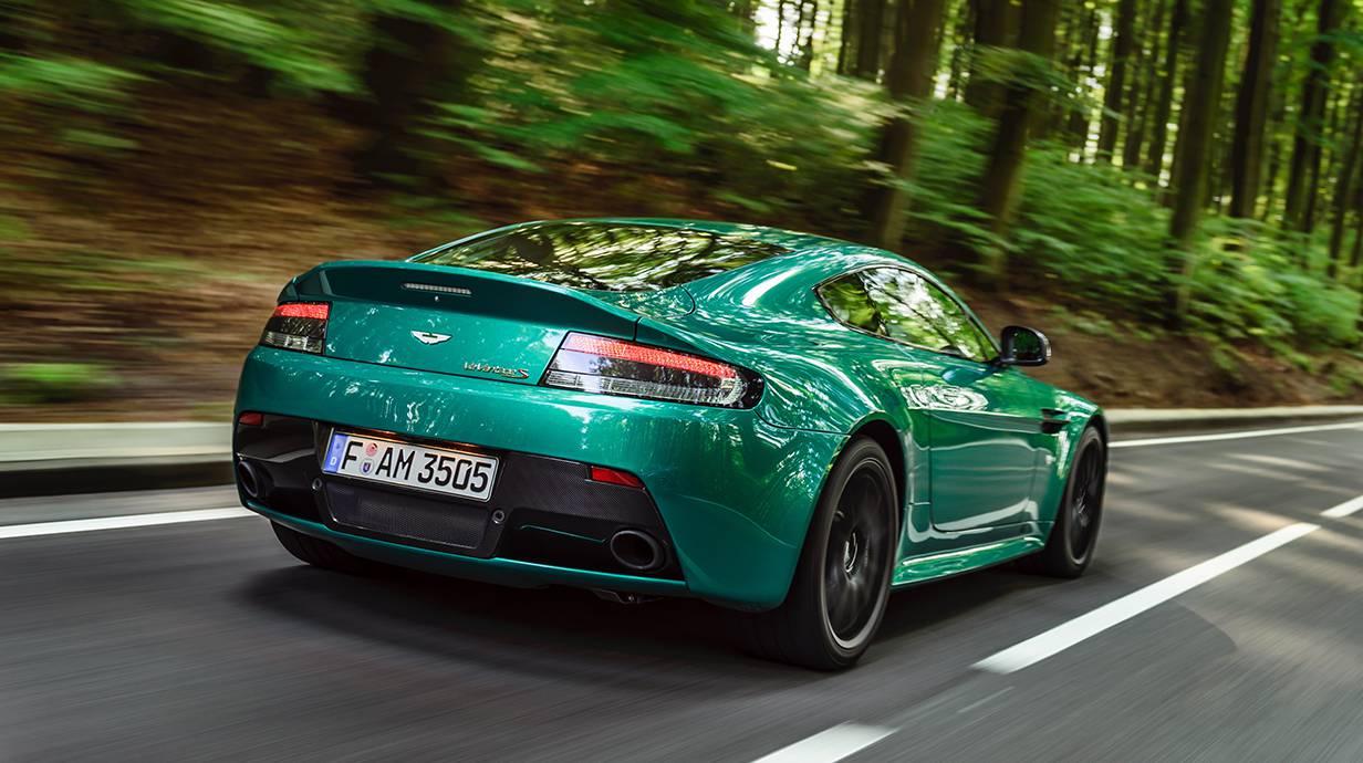 Aston Martin V12 Vantage S british racing green 2014 heckleuchten hinten seite