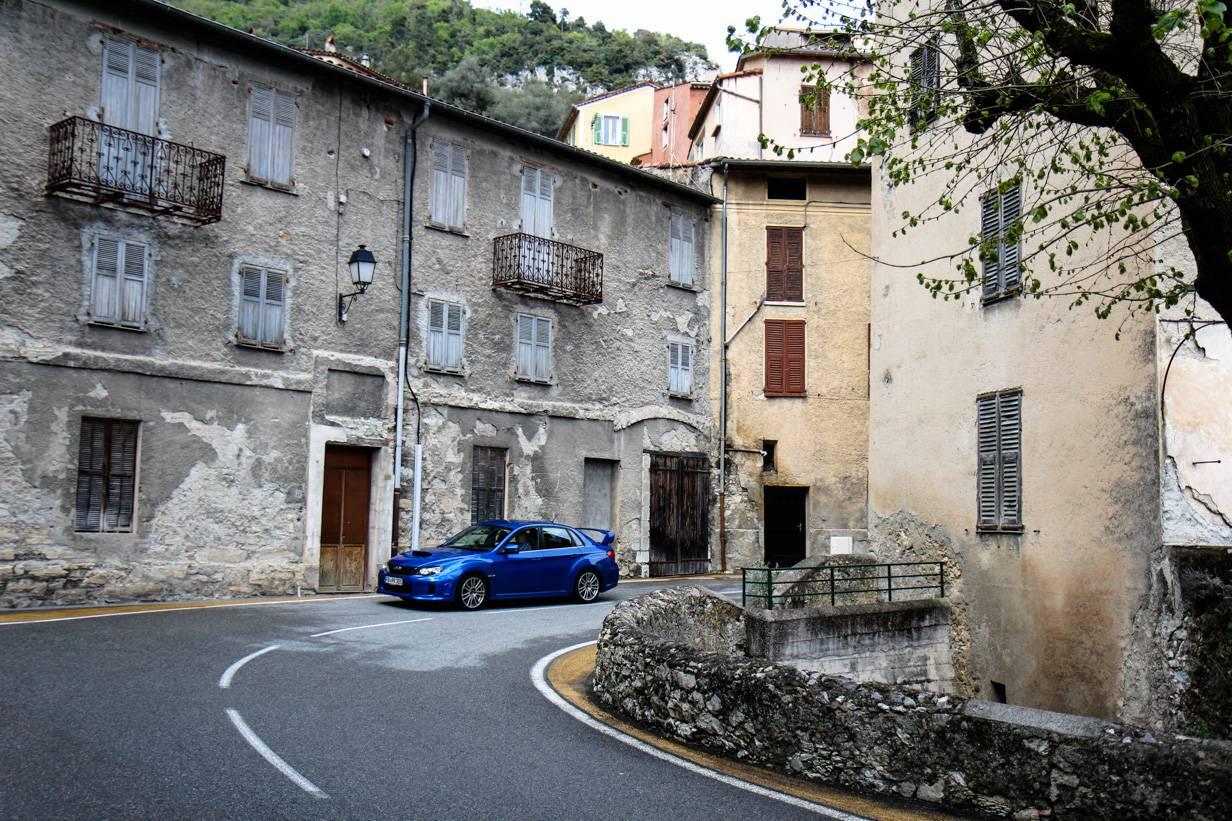 L'Escarène ist ein nettes Städtchen. Ein paar süße Cafés hat es trotz abgerissener Architektur.