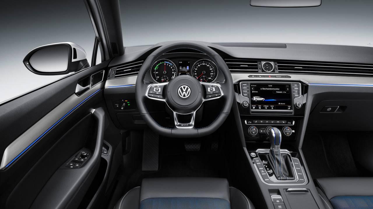 VW Passat GTE hybrid innenraum cockpit interieur