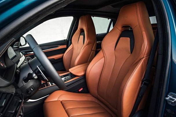 Innen hebt sich der BMW X6 M durch seine Sportsitze vom Standard-X6 ab.