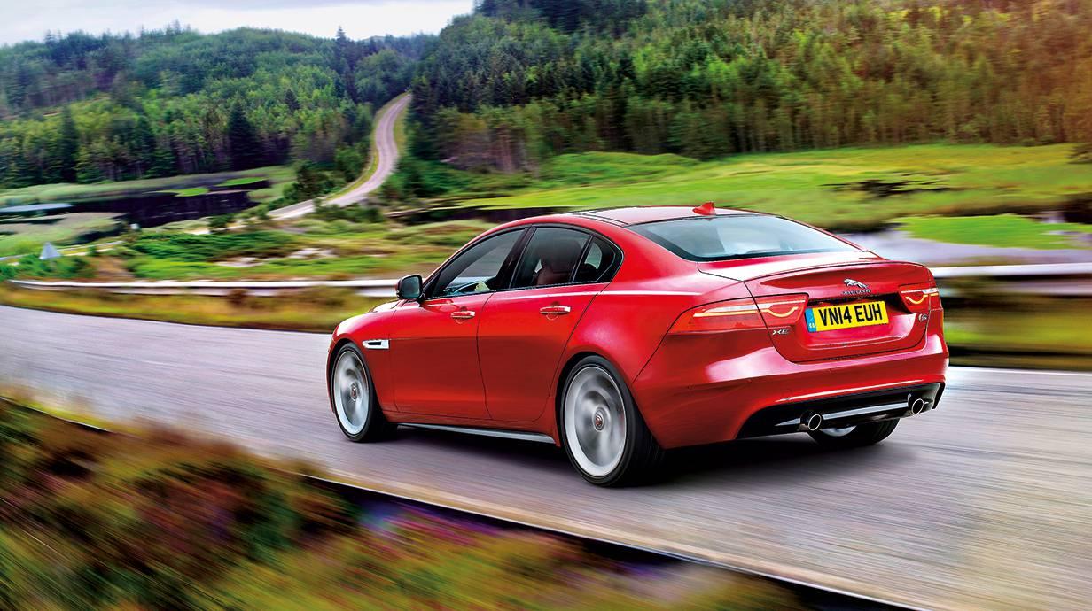 jaguar xe 2015 rot seitlich felgen seite hinten heck heckleuchten
