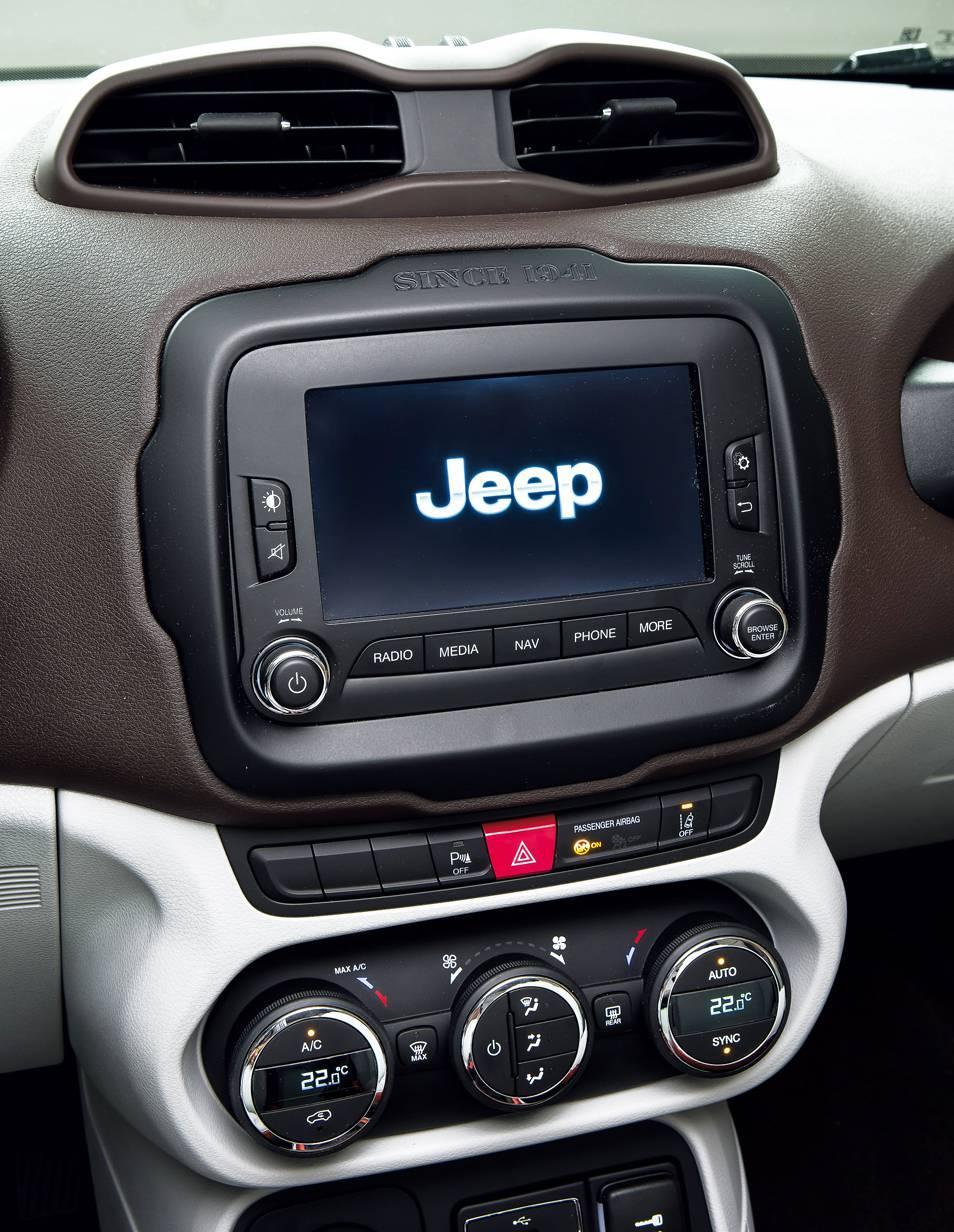 jeep rengade 2014 weiß mittelkonsole bildschirm interieur innenraum