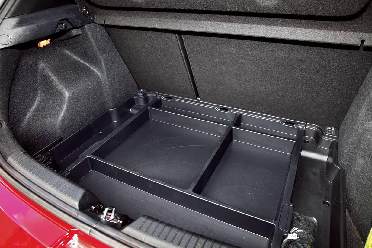 Geräumig, wie wir es in der Kompaktklasse erwarten: Großer Kofferraum, hier auch noch mit sauber gefertigtem, doppeltem Boden.