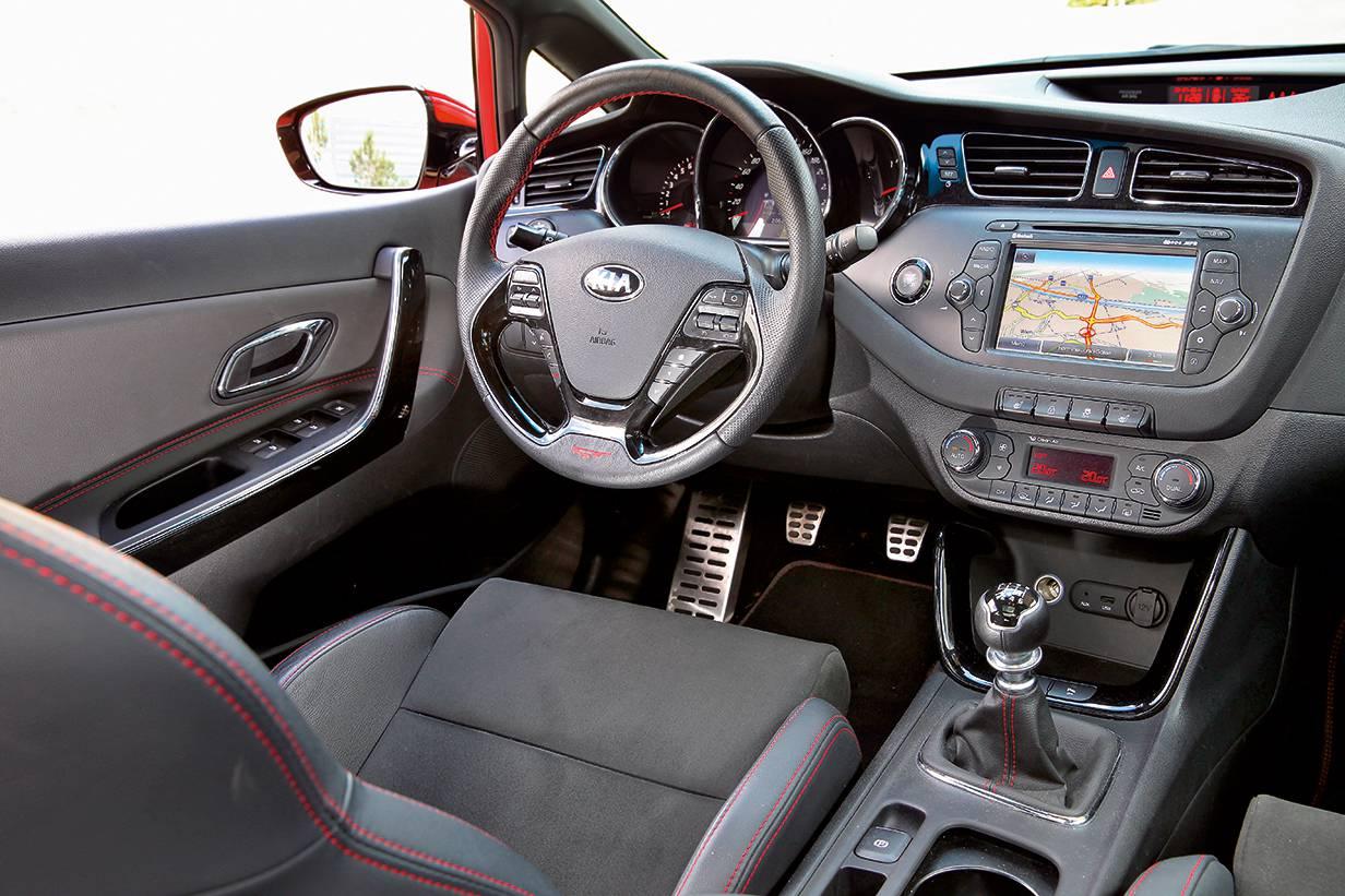 Ergonomisch musterhaft innen – nur der Touchscreen zwickt ein bissl. Gute Recaro-Sportsitze als Bindeglied zwischen Fahrer und Auto.