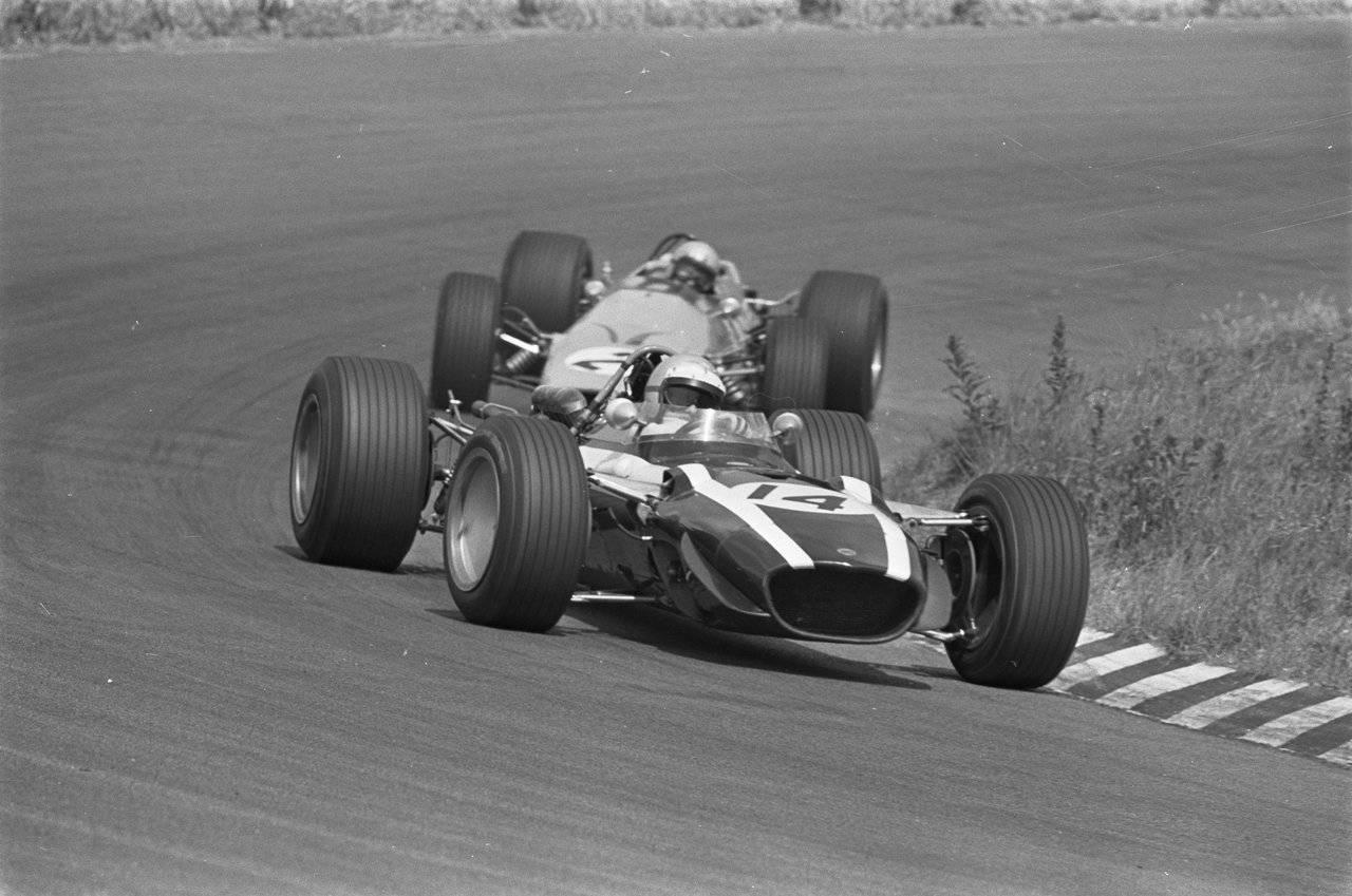 Lucien Bianchi (BEL), Cooper T86B - BRM P142 3.0 V12 Bruce Leslie McLaren (NZ), McLaren M7A - Ford-Cosworth DFV 3.0 V8 / © deviantart.com/F1-history