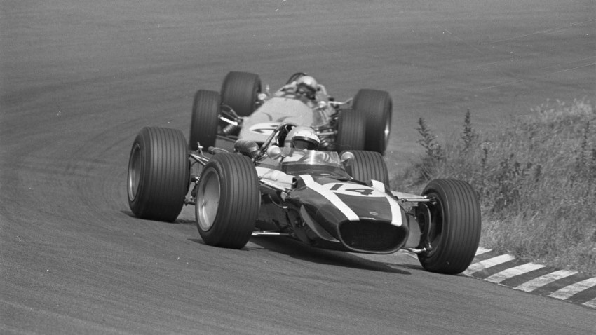 Lucien Bianchi vor Bruce McLaren 1968 in Holland. / © deviantart.com/F1-history