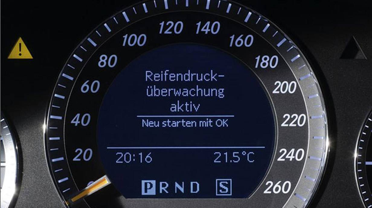 """Auf dem Display eines Autos erscheint der Hinweis """"Reifendruck-Überwachung aktiv""""."""