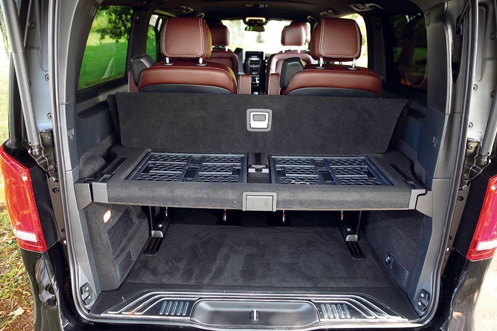 Sehr smart gelöst ist der wegklappbare Zwischenboden im Kofferraum, in dem zwei Klappkisten für Kleinzeug aufbewahrt sind.