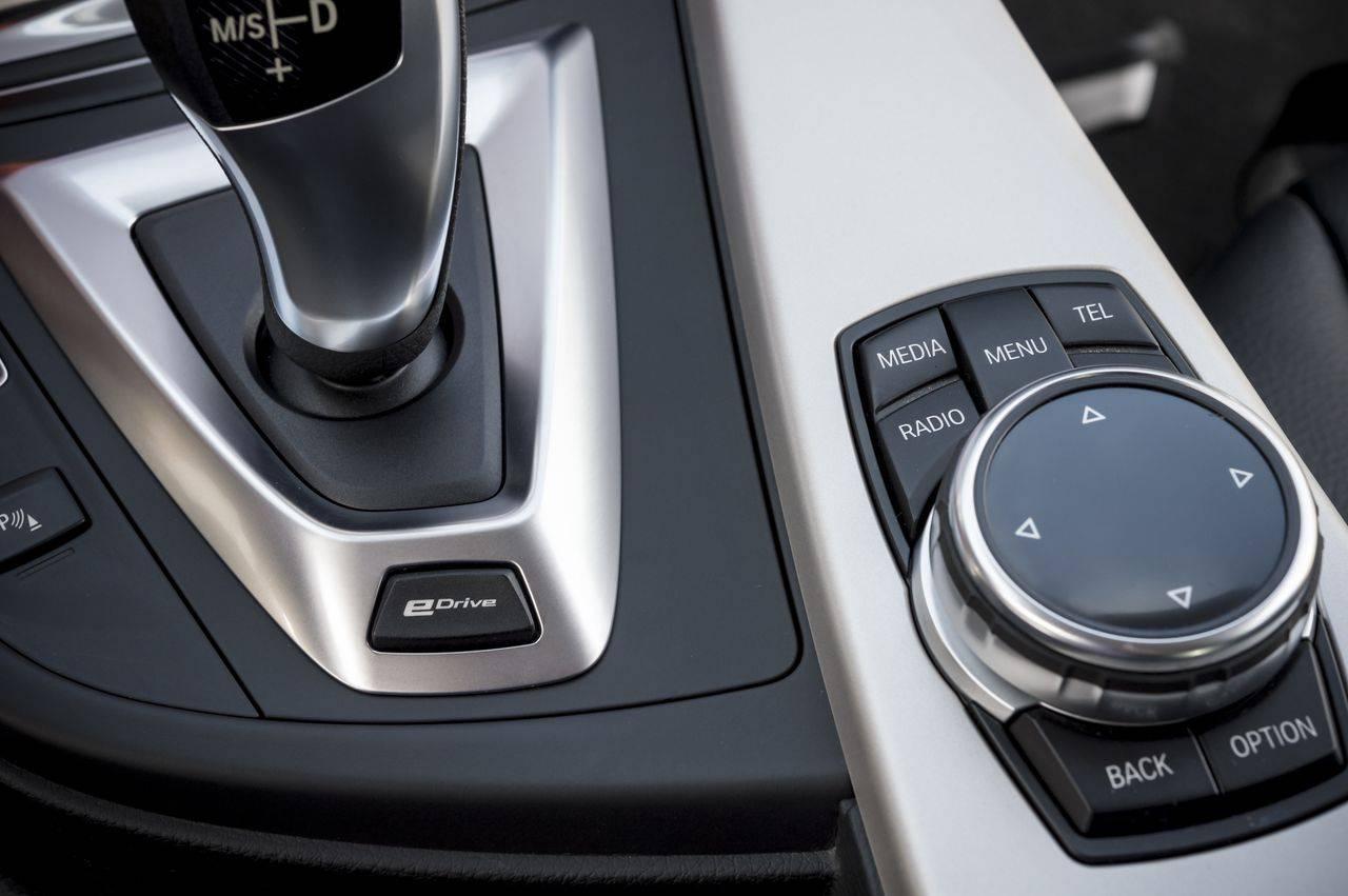 Zum ersten Mal in einem Hybrid von BMW: der eDrive Schalter, der auf reinen Elektrobetrieb umschaltet