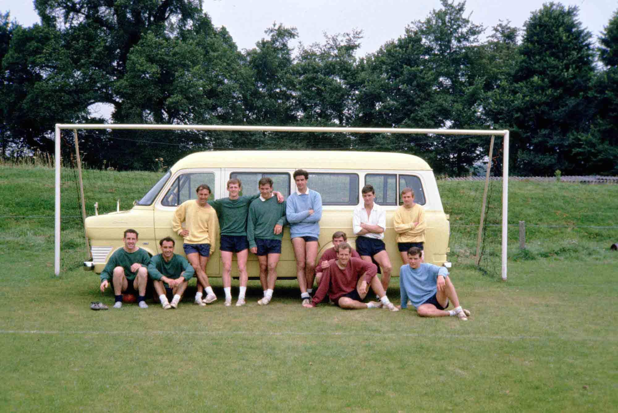 Fussball-Millionarios reisten auch mal anders. FC Tottenham in den Sechzigerjahren mit Teambus.
