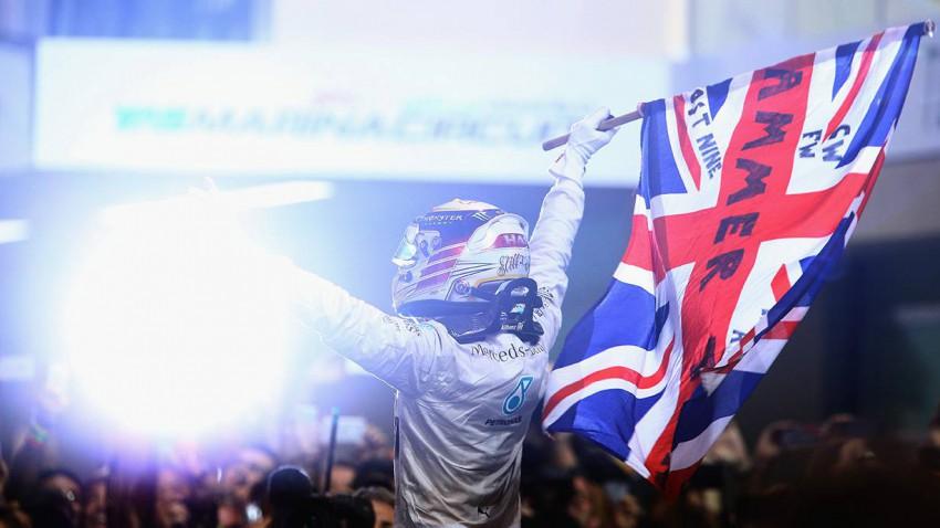 Hamilton schwingt die britische Flagge! Nach 11 Siegen in dieser Saison ist er verdienter Weltmeister der Formel 1-Saison 2014. © Clive Mason / Getty Images