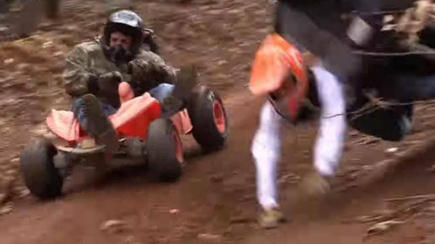Extreme Barbie Jeep Racing ist zurück... und es ist genau so wahnsinnig und gefährlich wie immer.