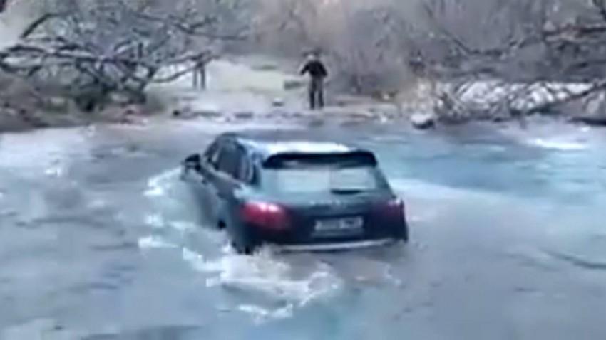 Flußquerung mit einem Porsche Cayenne