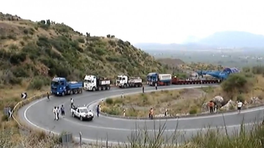 Was ist blau wiegt 600 Tonnen und wird von 4 Lkw gezogen?