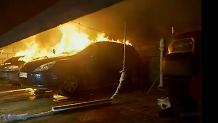 Nach 4 Minuten steht das erste Auto in Flammen.
