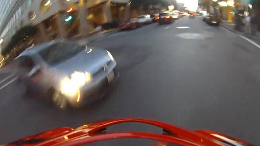 Biker wird vom Auto angefahren und landet auf seinen Füßen