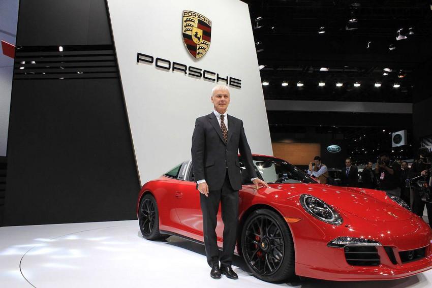 Der Porsche 911 Targa GTS und Porsche CEO Matthias Müller. Foto (c) press-inform