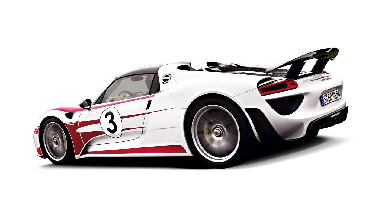 Porsche 918 Spyder: Ein V8-Motor, zwei Elektromotoren und ein mächtiges Batteriepack. Damit schlägt der 918 Spyder alle Konkurrenten auf der Rennstrecke, aber nur etwa drei Runden lang, dann sind die Batterien leergesaugt. Spätestens dann ist er zwar immer noch ein Supersportwagen, aber mit Gewichtshandicap.