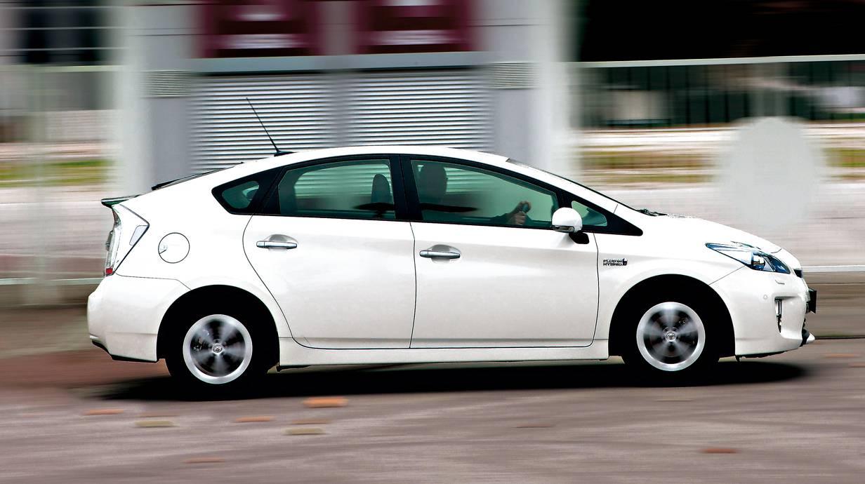 Toyota Prius: Ob als normaler Hybrid oder zum Nachladen an der Steckdose, Toyota ist der einzige Hersteller, dessen Hybrid-Modelle auch konsequent die Möglichkeit nutzen, den Benzinmotor mit besonders hohem Wirkungsgrad laufen zu lassen. Das Geheimnis nennt sich Atkinson-Zyklus. Über klug gewählte Ventilsteuerzeiten wird Wärme besser genutzt, die sonst mit dem Abgas entweicht. Das geht ein wenig auf Kosten der Performance.