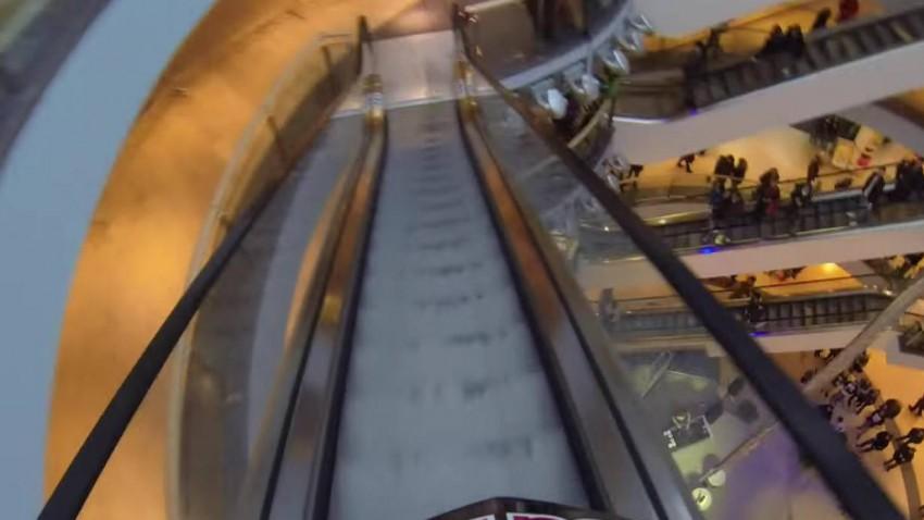 Downhill-Rennen IM Einkaufszentrum. Innen!