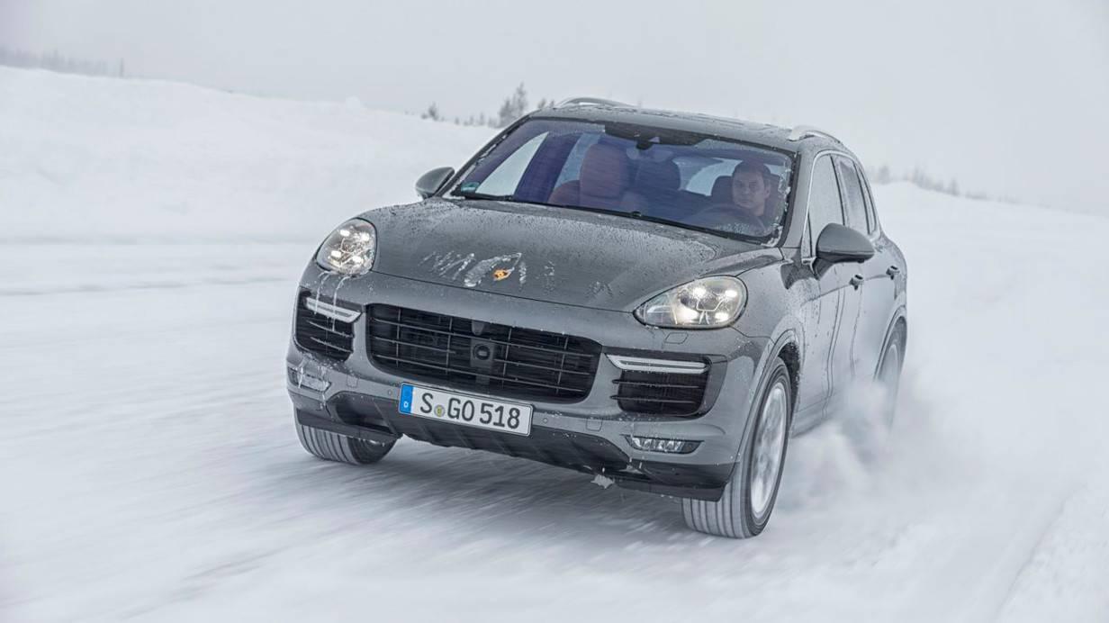 Der Cayenne Turbo S vergnügt sich im Schnee.