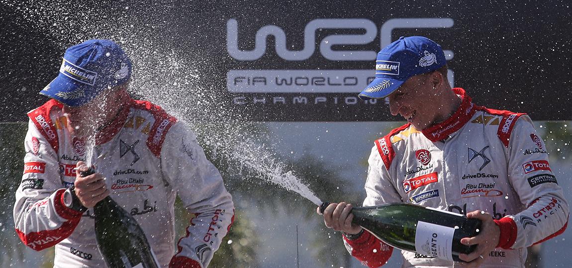 Kris Meeke und Paul Nagle, sein Beifahrer, bei der Siegesfeier in Argentinien.