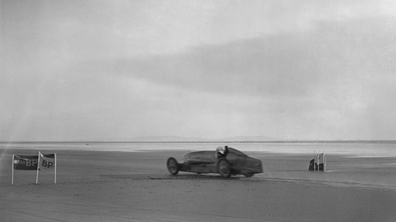Sir Malcolm Campbell beim Weltrekord-Versuch 1927.