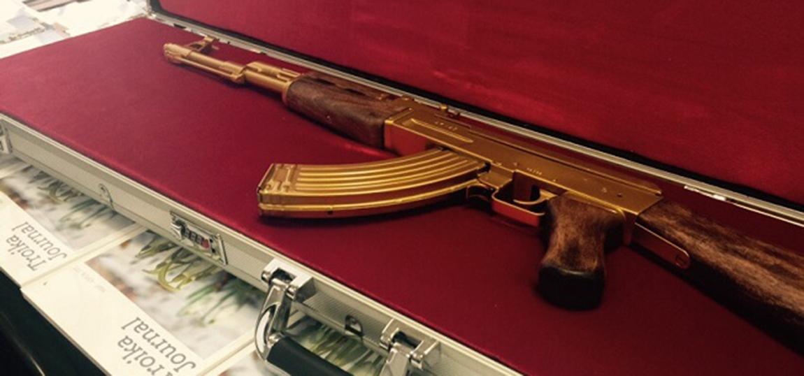 Goldene-AK-47-im-Taxi-vergessen-Russland-St-Petersburg-01
