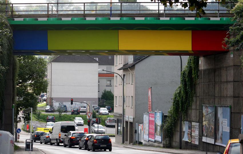 _Martin-Heuwold-Streetart-Graffiti-Lego-Bruecke-01