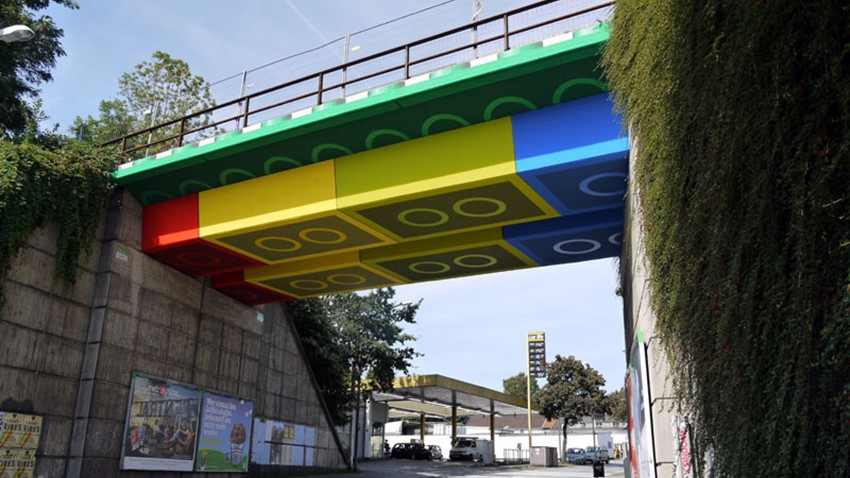 _Martin-Heuwold-Streetart-Graffiti-Lego-Bruecke-03