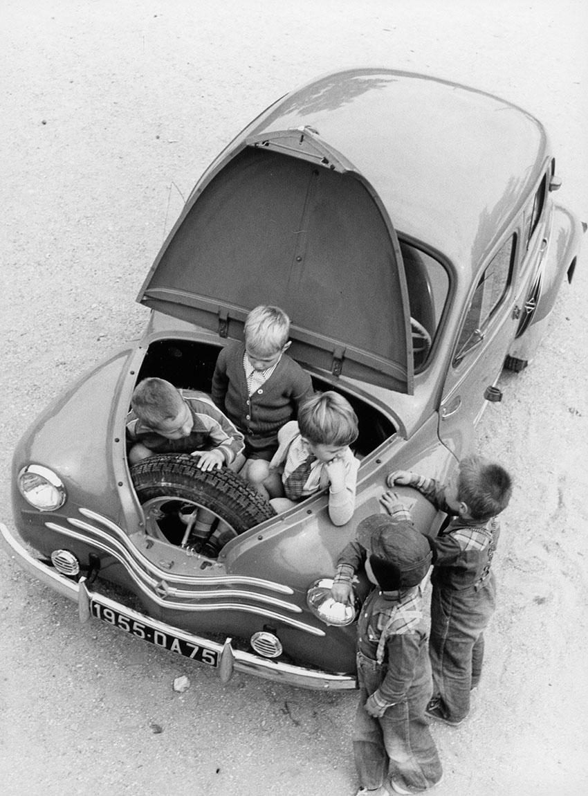 Renault 4CV , Kinder im Kofferraum