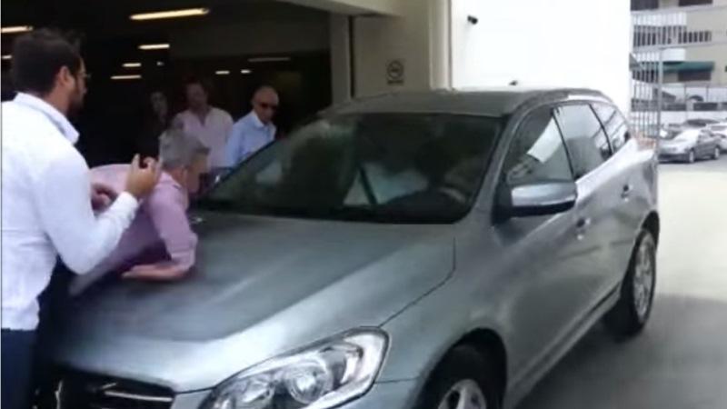 Selbst-überfahrender Volvo rammt Zuseher bei Präsentation