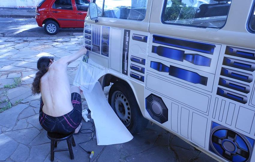 VW-Bulli-im-R2D2-Look-Bus-Beklebung-selbermachen-Autorevue-gruesst-Motorblock-02