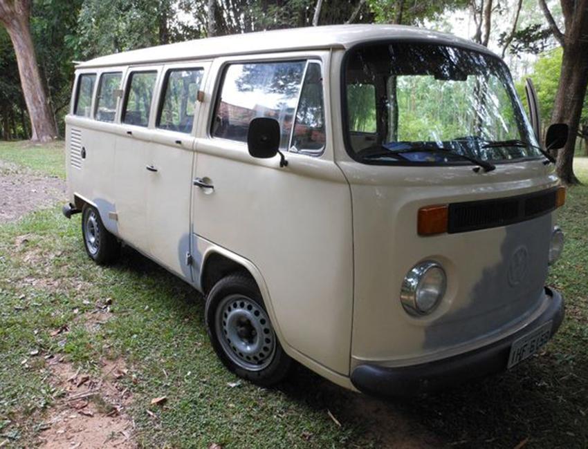VW-Bulli-im-R2D2-Look-Bus-Beklebung-selbermachen-Autorevue-gruesst-Motorblock-06