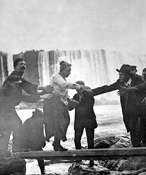 Wikicommons-Annie-Edson-Taylor-Niagara-Faelle-Stunt-Fass-01