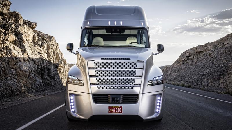 Der Freightliner Inspiration Truck ist der erste autonome Lkw Amerikas.