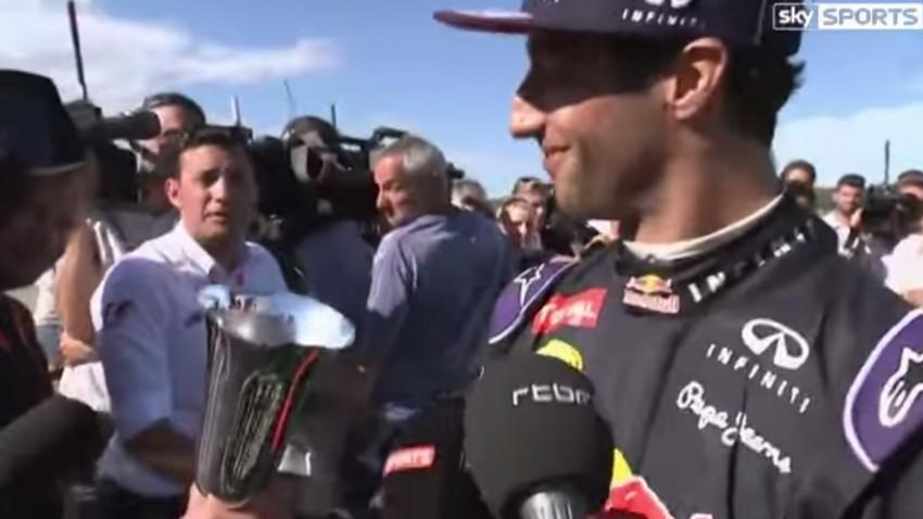 Daniel Ricciardo macht seine Trophäe kaputt