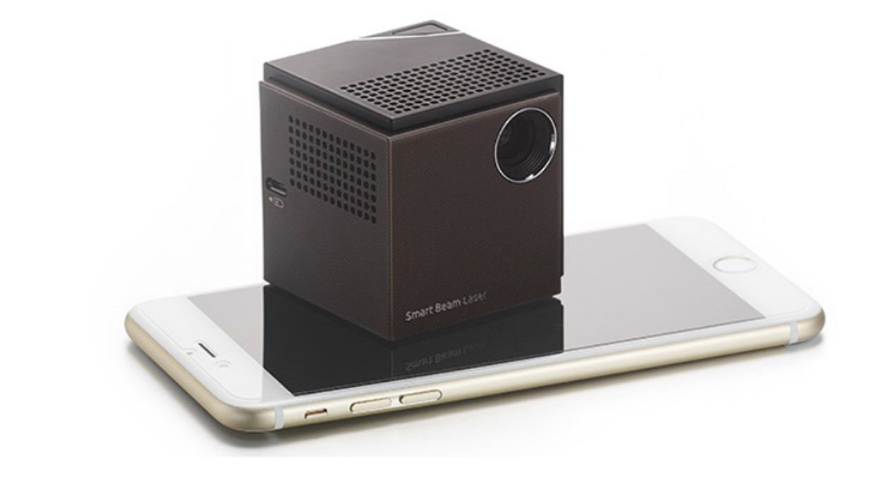 dieser mini w rfel projiziert hd videos auf jede fl che. Black Bedroom Furniture Sets. Home Design Ideas