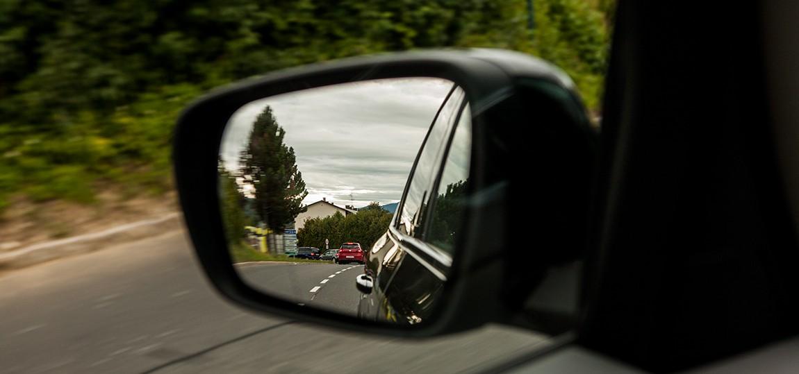Wie stellt man die Seitenspiegel beim Auto richtig ein?