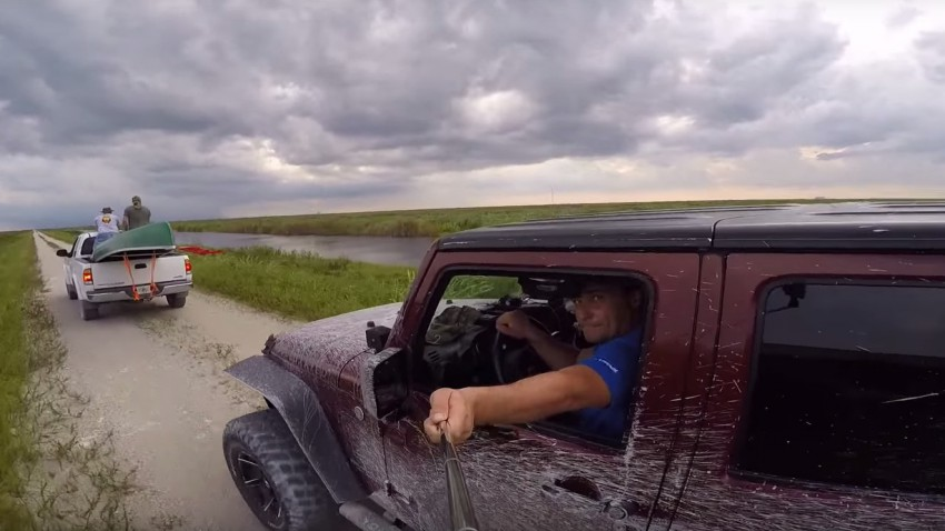 Diese Jeep-Fahrt mit Selfie-Stick endet in einem Kanu