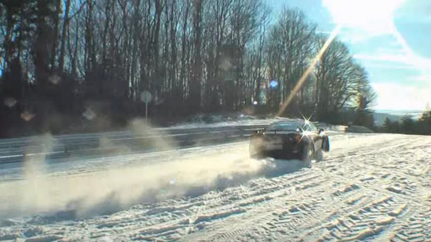 Nissan GT-R tobt sich auf der verschneiten Nordschleife aus