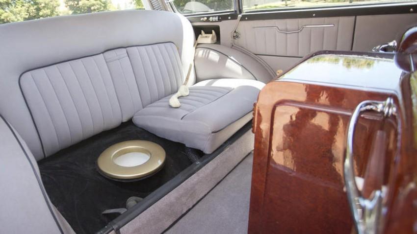 Rolls-Royce mit Toilette in der Rückbank