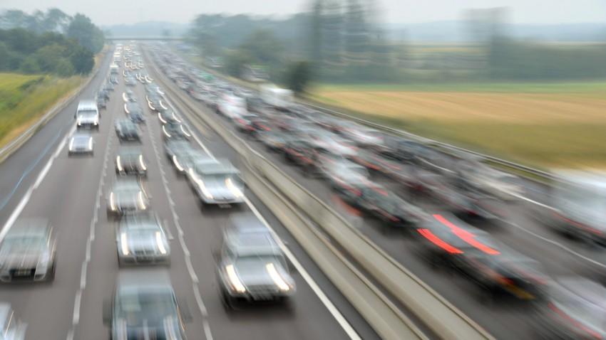 Autofahrt verschwommen auf der Autobahn