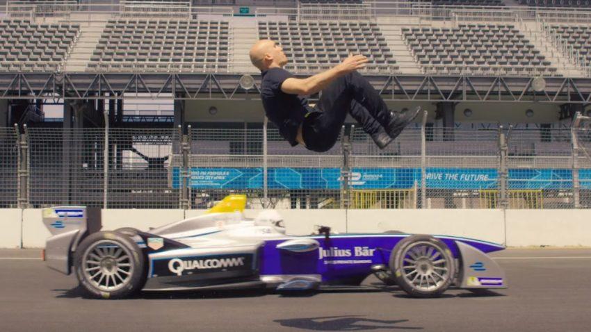 Ja, dieser Typ macht einen Rückwärtssalto über ein fahrendes Formel E-Auto