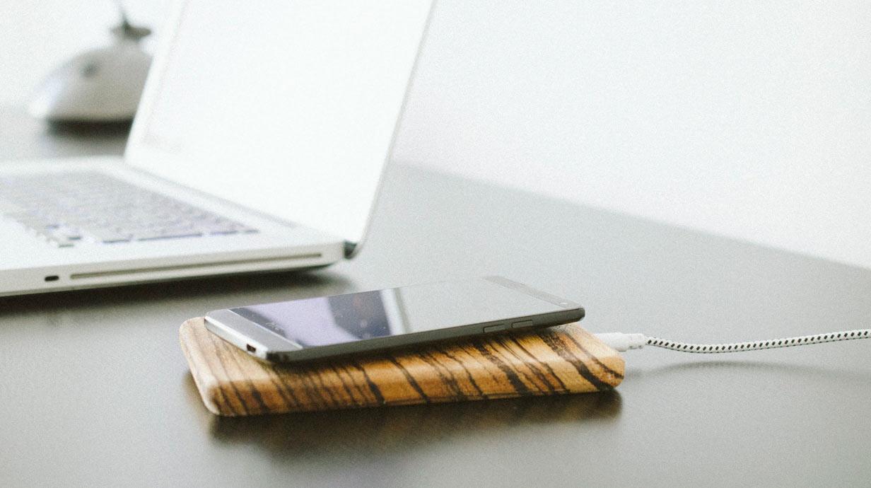 kabellose ladestation f r smartphones. Black Bedroom Furniture Sets. Home Design Ideas