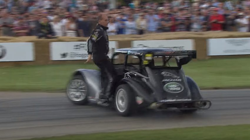 Dieser Stunt-Fahrer steigt aus, während sein Auto Donuts macht ...