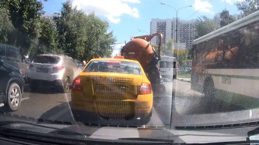 Abwasser-Lkw explodiert an russischer Kreuzung