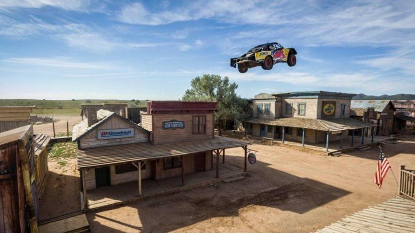 Weltrekord: Truck springt über ganze Geisterstadt