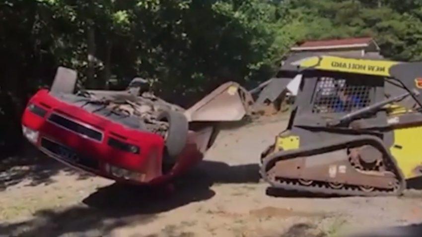 Wütender Baggerfahrer zerstört Audi A4