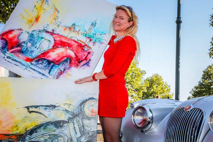 Ulrike Pistora und einige ihrer Bilder. Autos sind zwar nur ein Ausschnitt ihres Schaffens, aber sie passen am besten zur Speedparty, auch heuer wieder.